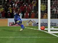 BOGOTA - COLOMBIA – 15 - 04 - 2017: Antonio Otero, portero de Atletico Bucaramanga no logra detener el disparo de Jonathan Gomez, jugador de Independiente Santa Fe, (Fuera de Cuadro) al anotar el gol de su equipo, durante partido de la fecha 13 entre Independiente Santa Fe y Atletico Bucaramanga, por la Liga Aguila I-2017, en el estadio Nemesio Camacho El Campin de la ciudad de Bogota. / Antonio Otero, goalkeeper of Atletico Bucaramanga, fails to stop Jonathan Gomez, (Out of Frame), player of Independiente Santa Fe, the goal of his team, during a match of the date 13 between Independiente Santa Fe and Atletico Bucaramanga, for the Liga Aguila I -2017 at the Nemesio Camacho El Campin Stadium in Bogota city, Photo: VizzorImage / Luis Ramirez / Staff.
