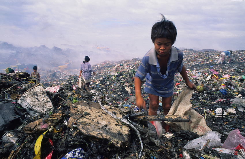 RUBBISH DUMP RECYCLING, Philippines. Poor and indigenous people, old ...: nigeldickinson.photoshelter.com/image/I0000RHtFhV_wHJk