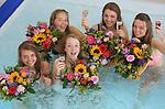 Foto: VidiPhoto<br /> <br /> MAASTRICHT - Geslaagd voor het VWO-examen op het Sint-Maartenscollege in Maastricht, het rijbewijs net binnen en ook nog jarig! Daarom driedubbel feest donderdag voor de 18-jarige Eline (tweede links onder) en haar eveneens geslaagde hartsvriendinnen. De dames worden door hun ouders getrakteerd op een verblijf in het luxueuze wellness Hotel Maastricht. Het bijzondere examenfeestje van de vriendinnen start met champagne in het bubbelbad, waarbij de meiden ook bedolven worden onder felicitatieboeketten. Daarna werden de jongedames in de watten gelegd in de beautysalon. Mobiele bloemistenteams van Fleurop rijden donderdag en vrijdag door heel Nederland om geslaagde scholieren spontaan te verrassen met een fleurig boeket. Hangt er een vlag met schooltas aan de gevel? Dan bestaat de kans dat er een gratis felicitatieboeket wordt aangeboden.
