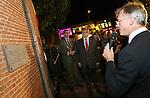Foto: VidiPhoto <br /> <br /> VEENENDAAL &ndash; De Belgische ambassadeur Hoornaert (r) en commissaris van de Koningin Van Beek van Utrecht (m) hebben vrijdagavond op de Markt in Veenendaal een plaquette onthuld, ter herinnering aan de Eerste Wereldoorlog. In Veenendaal werden in die periode 1200 Belgische vluchtelingen opgevangen.