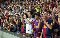 FUSSBALL  INTERNATIONAL  PRIMERA DIVISION  SAISON 2011/2012   23.08.2012 El Clasico  Super Cup 2012 FC Barcelona - Real Madrid  Barca Fans und ein Real Fan (Mitte) fotografieren mit dem Handy im Nou Camp Stadion ihre Stars