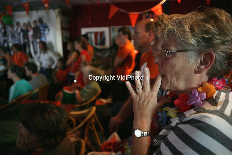 Foto: VidiPhoto..EDE - Terwijl de Nederlandse waterpolodames op de olympische spelen in de finale spelen, leven de fans in zwembad De Peppel in Ede, het honk van de Polar Bears, enorm mee. Spanning en feestvreugde op hun gezichten.