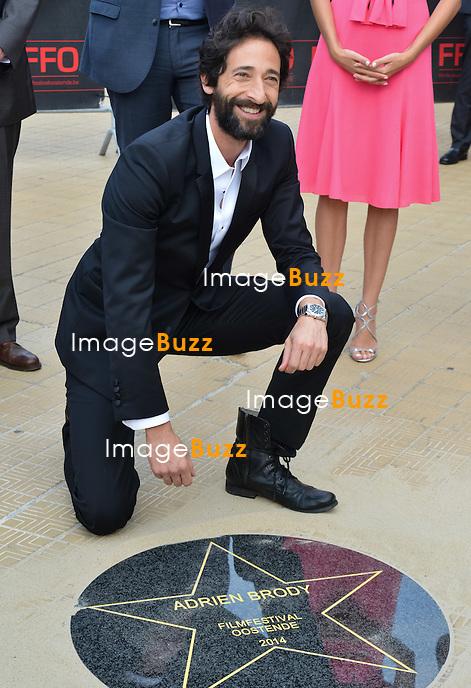 Adrien Brody &amp; Moran Atias d&eacute;voilent leur &eacute;toile sur le Walk of Fame ostendais lors du Festival du film d'Ostende 2014.<br /> Belgique, Ostende, 19 septembre 2014.<br /> Adrien Brody &amp; Moran Atias unveil their star on the Walk Of Fame during the Film Festival 2014, in Ostende, Belgium.<br /> Belgium, Ostende, September 19, 2014.