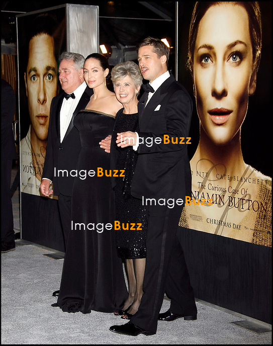 """"""" THE CURIOUS CASE OF BENJAMIN BUTTON """" MOVIE PREMIERE, AT THE MANN'S VILLAGE THEATER IN WESTWOOD..LOS ANGELES, DECEMBER 8, 2008...Pic :  Angelina Jolie & Brad Pitt & his parents"""