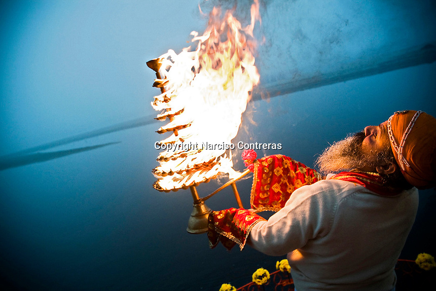WHEN SUN DOWN, IN THE KESI GHAT BUILDING, IT IS REALIZED A RITUAL CALLED PUJA, WHERE IS OFFERED FIRE AND OIL TO THE YAMUNA RIVER. VRINDAVAN, INDIA