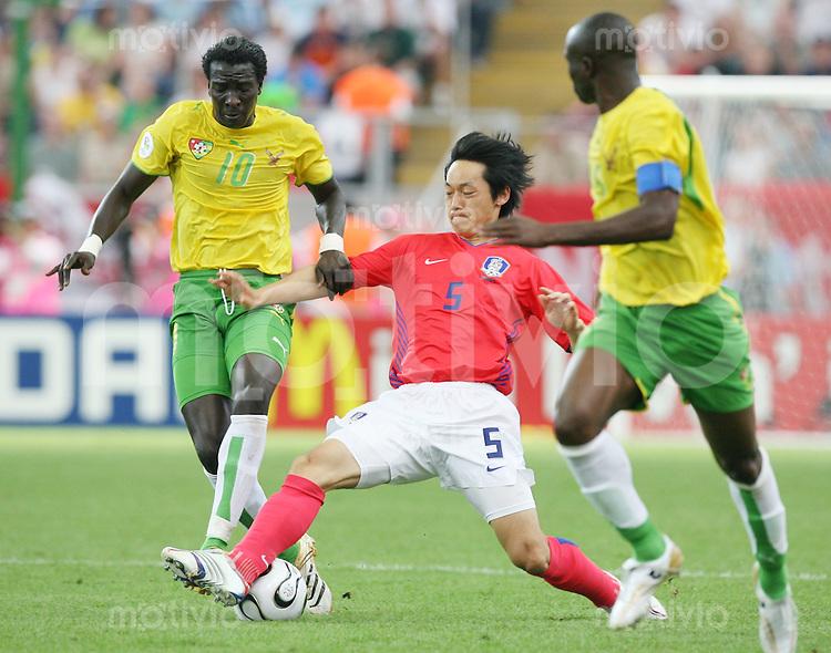 Fussball WM 2006  Gruppenspiel  Vorrunde Suedkorea - Togo Cherif Toure MAMAM (TOG, li) gegen Nam II KIM (KOR, Mitte) und Jean-Paul ABALO