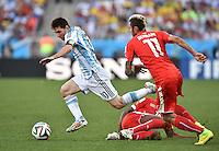 FUSSBALL WM 2014                ACHTELFINALE Argentinien - Schweiz                  01.07.2014 Lionel Messi (li, Argentinien) gegen Gelson Fernandes (am Boden )und Valon Behrami (re, beide Schweiz)