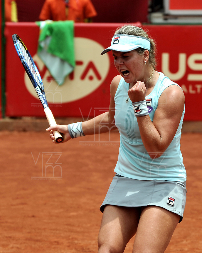 BOGOTA - COLOMBIA - 14-04-2016: Anna Tatishvili de Estados Unidos, celebra el punto ganado a Silvia Soler-Espinosa de España,  durante partido por el Claro Colsanitas WTA, que se realiza en el Club El Rancho de Bogota. / Anna Tatishvili from United States, celebrates the point won to Silvia Soler-Espinosa from Spain, during a match for the WTA Claro Colsanitas, which takes place at Club El Rancho de Bogota. Photo: VizzorImage / Luis Ramirez / Staff.