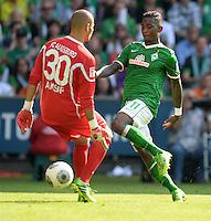 FUSSBALL   1. BUNDESLIGA   SAISON 2013/2014   2. SPIELTAG SV Werder Bremen - FC Augsburg       11.08.2013 Eljero Elia (re, SV Werder Bremen) gegen Torwart Mohamed Amsif (li, FC Augsburg)