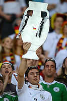 FUSSBALL  EUROPAMEISTERSCHAFT 2012   VORRUNDE Deutschland - Portugal          09.06.2012 Deutscher Fan mit EM Pokal aus Pappe