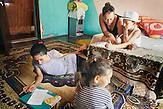 Die Volontaerin Mirjam Dueck gibt Nachhilfe an Dumitro Lakatar einer Wohnung. Europa, Rumaenien, Rusciori den 27. Juli 2015