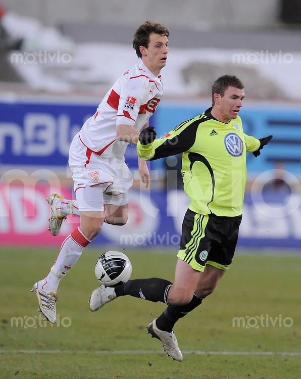 Fussball 1. Bundesliga   Saison   2009/2010  18. Spieltag  16.01.2010 VfB Stuttgart - VfL Wolsfburg Georg Niedermeier (li, VfB) gegen Edin Dzeko (VfL Wolfsburg)