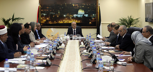 Palestinian Prime Minister Rami hamadallah chairs the Palestinian council meeting in the West Bank city of Ramallah on May 16, 2017. Photo by Prime Minister Office