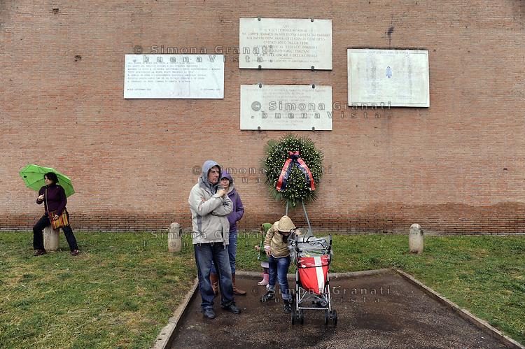 Roma 25 Aprile 2011.Porta San Paolo.Celebrazione per l'anniversario della  liberazione dal nazifascismo..Una famiglia davanti le Lapidi che ricoradano i caduti per la Liberazione