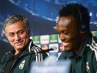 FUSSBALL  CHAMPIONS LEAGUE  ACHTELFINALE  HINSPIEL  2012/2013      CF Real Madrid - Manchester United          12.02.2013 Pressekonferenz Trainer Jose Mourinho (li, Real Madrid) und Michael Essien (Real Madrid)