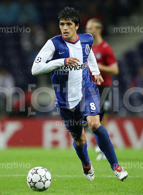 Fussball International Champions League 2006/2007 FC Porto 4-1 Hamburger SV Lucho Gonzalez (FC P) am Ball