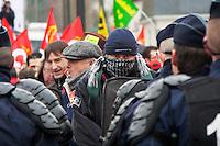 manifestation pour le travail  un manifestante fissa la polizia