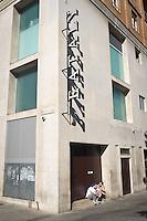 Dipendendi in pausa. Esterno del nuovo edificio di Eataly a Milano. 16 Aprile 2014. Photo: Adamo Di Loreto/BuenaVista*photo