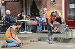 Foto: VidiPhoto<br /> <br /> LUNTEREN - De superstille elektrische doorslijpmachine K3000 van Husqvarna aan het werk in Lunteren. De slijpmachine voor straat- en betonwerk komt nauwelijks boven het omgevingslawaai uit, waardoor straatwerkzaamheden vrijwel niet meer voor extra geluidshinder zorgen in een bebouwde omgeving. Bovendien wordt stof opgevangen, waardoor er gezaagd kan worden zonder dat er veel water toegevoegd moet worden.