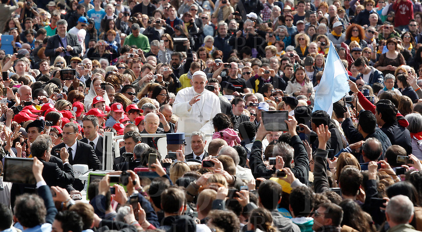 Papa Francesco saluta i fedeli al suo arrivo all'udienza generale in Piazza San Pietro, Citta' del Vaticano, 10 aprile 2013..Pope Francis waves to faithful as he arrives for his weekly general audience in St. Peter's square at the Vatican, 10 April 2013..UPDATE IMAGES PRESS/Isabella Bonotto..STRICTLY ONLY FOR EDITORIAL USE