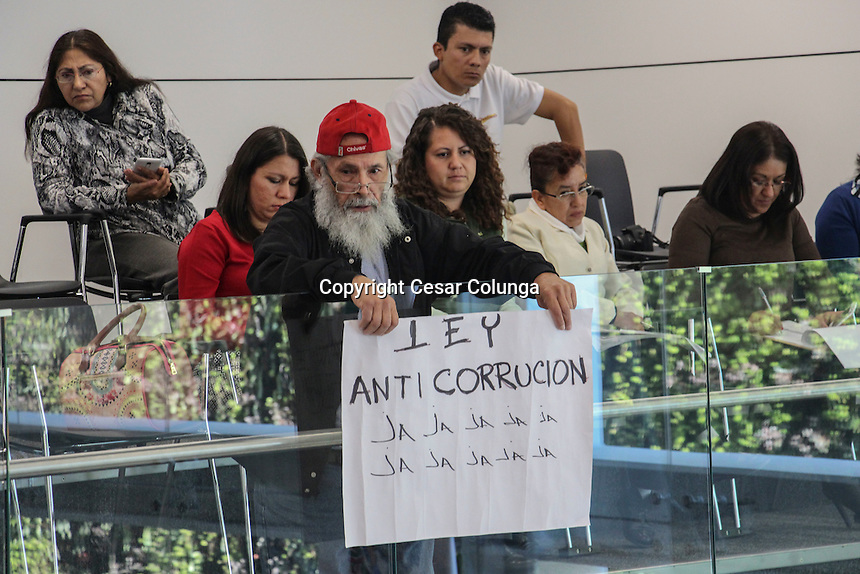 Querétaro, Qro. 26 de Noviembre de 2016.- El comerciante Ignacio Guerra, rie de la Lay Anticorrupción que fuera modificada y aprobada en la sesión de hoy.