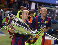 FUSSBALL  CHAMPIONS LEAGUE  FINALE  SAISON 2014/2015   Juventus Turin - FC Barcelona                 06.06.2015 Der FC Barcelona gewinnt die Champions League 2015: Javier Mascherano (li) und Jeremy Mathieu jubeln mit dem Pokal