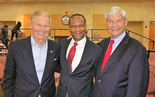 El Senador Bill Nelson, Patricio Moreno y el ex gobernador y senador de la Florida, Bob Graham.