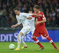 Fussball International  WM Qualifikation 2014   in Bern Schweiz - Slowenien         15.10.2013 Michael Lang (re, Schweiz) gegen Milivoje Novakovic (li, Slowenien)
