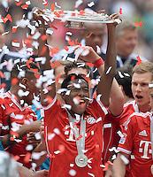 Fussball 1. Bundesliga   Saison  2012/2013   34. Spieltag   FC Bayern Muenchen  - FC Augsburg     11.05.2013 JUBEL; Deutscher Meister 2012/2013 FC Bayern Muenchen David Alaba mit Schale