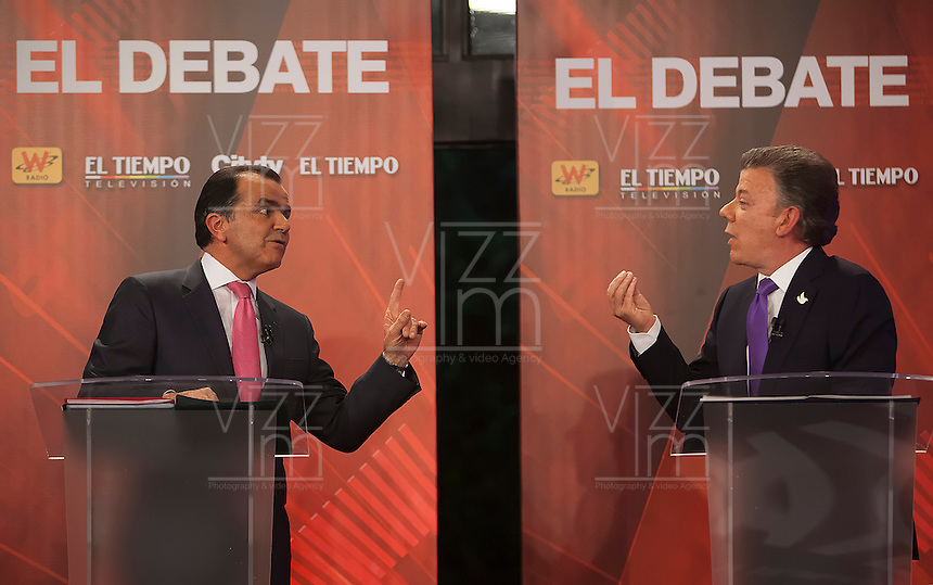 BOGOT&Aacute; -COLOMBIA. 09-06-2014. Juan Manuel Santos (Der), Presidente y candidato presidencial de Colombia por el partido de la Unidad Nacional en debate con Oscar Iv&aacute;n Zuluaga (Izq) candidato presidencial de Colombia por el partido Centro Democr&aacute;tico realizado en el d&iacute;ario El Tiempo. Las elecciones Presidenciales segunda vuelta en Colombia se realizar&aacute;n el 15 de junio de 2014 en todo el pa&iacute;s./ Juan Manuel Santos (R), President and presidential candidate of Colombia for the National Unity party in debate with Oscar Ivan Zuluaga (L) presidential candidate for the Democratic Center party made in El Tiempo newspaper. The Presidential elections second round in Colombia will be held in june 15, 2014 across the country. Photo: VizzorImage/ Campa&ntilde;a JMS Presidente<br />