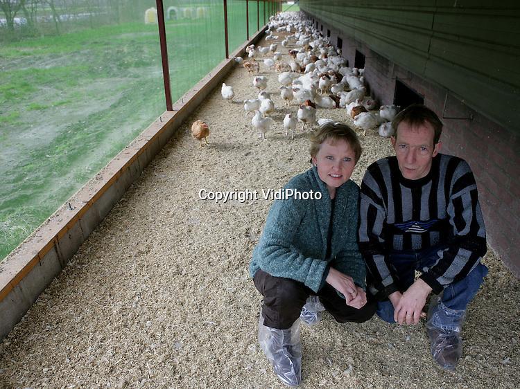 Foto: VidiPhoto..SINT ANTHONIS - Ardi en Willy van Erp in de uitloop van de vleeskuikenstal.
