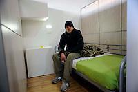 """Roma 18 Dicembre 2009.Inaugurato centro polivalente per senza fissa dimora """"Binario 95"""" in via Marsala 95.Un ospite  senza fissa dimora  in una stanza del centro  polivalente"""