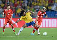 FUSSBALL  INTERNATIONAL  Testspiel Schweiz - Brasilien    14.08.2013 DANTE (Mitte, Brasilien) gegen Valon BEHRAMI (re, Schweiz) beobachtet von Pirmin SCHWEGLER (li, Schweiz)