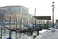 Parking a gondoles sur le Grand Canal au pied du Rialto.(Venise, Octobre 2006)