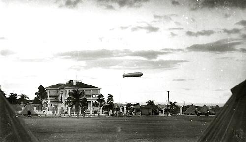 El Graf Zeppelín pasando por la Masión Presidencial. Santo Domingo. Octubre de 1933. Col. AGN