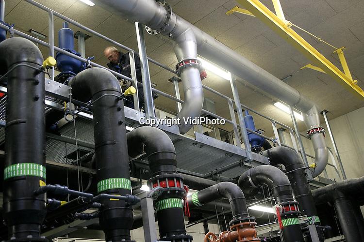 Foto: VidiPhoto..VARSSEVELD - Aan de eerste membraambioreactor van Nederland wordt op dit moment de laatste hand gelegd. De kosten van dit unieke megaproject in Varsseveld, dat in opdracht van waterschap Rijn en IJssel wordt gebouwd, bedragen zo'n 10 miljoen euro. Woensdag en donderdag worden de membranen geplaatst door Zenon uit Duiven. In .een membraanbioreactor worden bacteriën van het gezuiverde water gescheiden door een soort kunststof rietjes (membranen) met gaatjes die zo klein zijn dat de bacterien er niet doorheen kunnen. Het water wordt hierdoor schoner en bevat minder fosfaat en stikstof dan bij normale zuivering. In februari 2005 is de.membraanbioreactor operationeel.