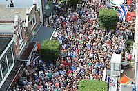 SKÛTSJESILEN: JOURE: 01-08-2015, SKS kampioenschap 2015, Schipper Dirk Jan Reijenga met het skûtsje van Joure kampioen van de SKS, huldiging onder de Joustertoer in de Midstraat, ©foto Martin de Jong