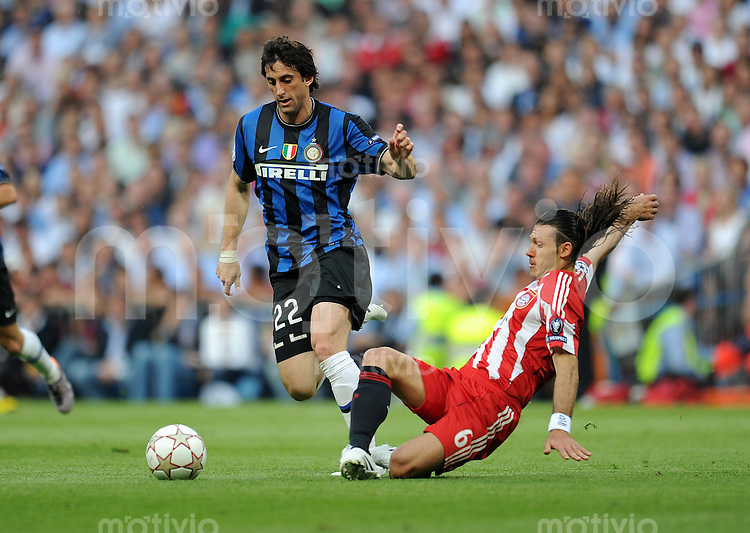 FUSSBALL      CHAMPIONS LEAGUE FINALE     SAISON  2009/2010 FC Bayern Muenchen - Inter Mailand      22.05.2010 Diego Milito  (li, Inter) gegen Martin Demichelis (re, FCB)