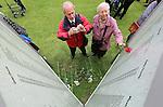Foto: VidiPhoto<br /> <br /> ARNHEM - Op landgoed Bronbeek in Arnhem zijn maandag in aanwezigheid van enkele honderden belangstellenden en prominenten -onder wie Boudewijn de Groot- de slachtoffers van de Japanse vrouwenkampen in de Tweede Wereldoorlog herdacht. Tijdens de bezetting van Nederlands-Indi&euml; door Japanse militairen werden ruim 100.000 Nederlanders en Indo-Europeanen vastgezet in kampen. Zo'n 60.000 vrouwen, jonge kinderen en bejaarde mannen werden opgesloten in afzonderlijke vrouwenkampen. Een groot deel van hen kwam om het leven. Veel (minderjarige) vrouwen werden verkracht. De namen van 3800 vrouwen, kinderen en bejaarde mannen, staan op een namenwand naast het monument op Bronbeek.