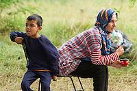 SERBIEN, 08.2016, Kelebija. Internationale Fluechtlingskrise: An der mit Zaeunen abgesperrten ungarischen Grenze stauen sich Fluechtlinge und Migranten. Sie bitten meist vergebens um Einlass in die  Asyl- und Transitzonen (blaue Container). So haben sich auf serbischer Seite provisorische Lager mit sehr schlechten Bedingungen gebildet. | International refugee crisis: Refugees and migrants have been piling up at the fenced-off Hungarian border. They are waiting for entrance into the asylum and transit zones (blue containers), mostly in vain. Thus provisional camps have emerged on the Serbian side with very bad conditions. In the picture Noor Mahmud and Ahmed Mahmud.<br /> &copy; Szilard V&ouml;r&ouml;s/EST&amp;OST