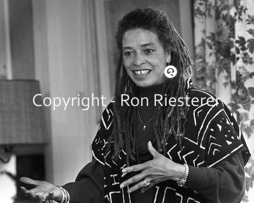 Angela Davis speaking in Berkeley, Cal. Mar 2, 1990.<br />(photo/Ron Riesterer)