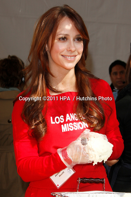 LOS ANGELES - NOV 23:  Jennifer Love Hewitt at the LA Mission Thanksgiving Meal Service at LA Mission on November 23, 2011 in Los Angeles, CA