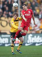 Fussball, 2. Bundesliga, Saison 2011/12, SG Dynamo Dresden - FC Energie Cottbus, Sonntag (11.12.11), gluecksgas Stadion, Dresden. Dresdens David Solga (li.) gegen den Cottbuser Dimitar Rangelov.