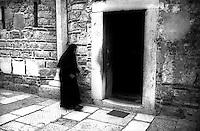 Kosovo   Novembre 2000.Pe? (in albanese Pejë / Peja; in serbo Pe?).Il Patriarcato ortodosso, suora ortodossa