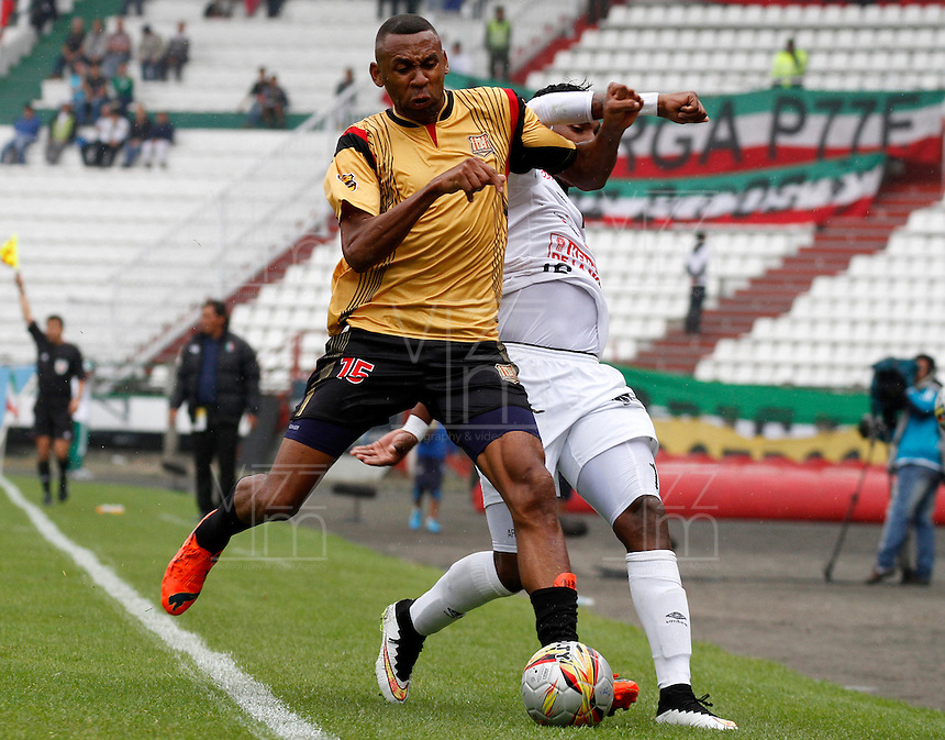 MANIZALES - COLOMBIA, 14-03-2015: Johan Arango (Der) jugador de Once Caldas, disputa el balón con John Viafara (Izq) jugador de Aguilas Pereira durante  partido Once Caldas y Aguilas Pereira por la fecha 10 de la Liga de Aguila I 2015 en el estadio Palogrande en la ciudad de Manizales. / Johan Arango (R) of Once Caldas, figths the ball with John Viafara (L) jugador of Aguilas Pereira during a match between Once Caldas and Aguilas Pereira for the date 10 of the Liga de Aguila I 2015 at the Palogrande stadium in Manizales city. Photo: VizzorImage / Santiago Osorio / Str