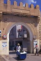 Tunisia, citt&agrave; di Kairouan, venditore ambulante davanti a  Bab Djedid, una delle porte della medina.<br /> Tunisia, the city of Kairouan, street vendor in front of Bab Djedid, one of the doors of the medina.