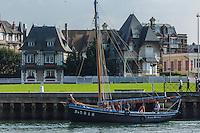 France, Calvados (14), Côte Fleurie, Deauville, les villas du front de mer et vieux gréement / France, Calvados, Côte Fleurie, Deauville,  villas beachfront and Old rig