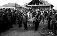 Kosovo   Novembre 2000.Pe? (in albanese Pejë / Peja; in serbo Pe?).Il funerale di quattro rom Askalia uccisi al rientro delle loro case provenienti dai campi profughi da uomini di entia albanese. .