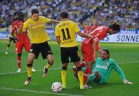 Fussball Bundesliga Saison 2011/2012 8. Spieltag Borussia Dortmund - FC Augsburg Robert LEWANDOWSKI (BVB) auf dem Weg zum 1:0 mit Mario GOETZE (BVB) gegen Hajime HOSOGAI (Augsburg) und Simon JENTZSCH (Augsburg).