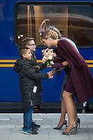 La reine Mathilde de Belgique et la reine Maxima des Pays-Bas montent &agrave; bord du train Royal pour se rendre &agrave; la nouvelle gare de Utrecht, lors d'une visite d'&eacute;tat de 3 jours du couple royal belge aux Pays-Bas.<br /> Pays-Bas, Amsterdam, 30 novembre 2016.<br /> Queen Mathilde of Belgium &amp; Queen Maxima of The Netherlands pictured as they get in the Royal Train in Amsterdam Central station going to Utrecht station with the Royal train for a visit of the new station, on the third and last day of a State visit of the Belgian royal couple to The Netherlands.<br /> The Netherlands, Amsterdam, 30 november 2016.